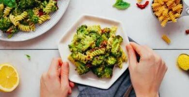 nsalada de pasta con brócoli asado con pesto de cáñamo